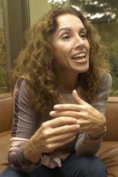Ana Belén regresa con 'Anatomía' arropada por 13 autores