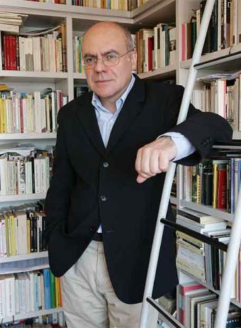 """Justo Navarro: """"No entender la lógica de los 'best sellers' nos mueve a decir que son mala literatura"""""""